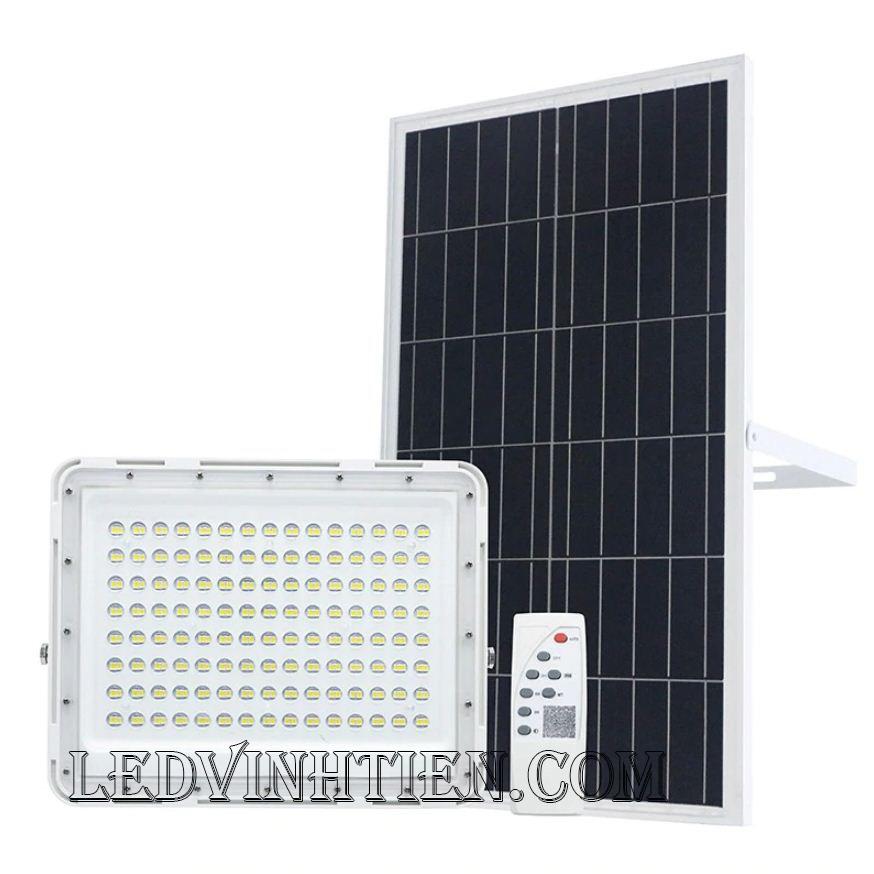 Đèn pha led năng lượng mặt trời thấu kính 100W. sử dụng năng lượng mặt trời chiếu sáng từ 3-5 năm không lo tốn tiền điện,  hiêu JINDIAN, Thời gian chiếu sáng đến 12-14 giờ liên tục, Đèn có tính năng tự động bật khi trời tối và tắt khi trời sáng.  Lắp đặt dễ dàng, phù hợp mọi địa hình,  Thắp sáng suốt đêm, tránh xa sự dòm ngó của trộm cắp  Kèm theo điều khiển bật/tắt từ xa và chế độ hằng giờ hiện đại giúp cuộc sống của bạn dễ dàng và tiện lợi hơn bao giờ hết.  Tấm pin công nghệ Poly, tuổi thọ lên đến 10-12 năm. Thích hợp lắp đặt trong nhà, các ki ốt, nhà hàng, trên tàu thuyền. sản phẩm đèn năng lượng dùng ngoài trời, loại tốt, giá rẻ, chất lượng, siêu sáng, cảm úng chuyển động, chính hãng ledvinhtien.com