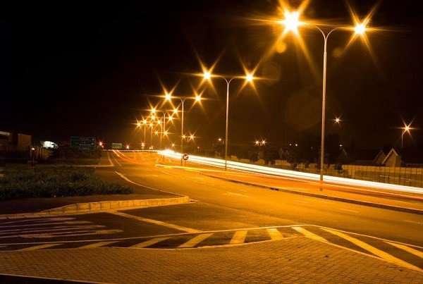vì sao đèn đường thường có ánh sáng vàng