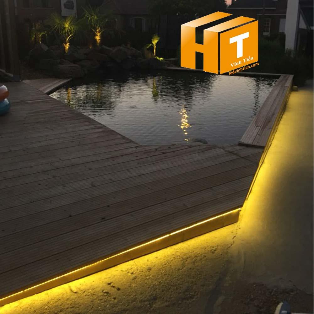 Ứng dụng của chi tiết bằng hình ảnh chân thực của các loại đèn led dây màu xanh lá, đỏ, trắng, vàng, tím, hồng, đủ màu, RGB, xanh dương của ledvinhtien.com. Hình ảnh thật khi sử dụng sản phẩm. Đèn led dây 5050 được ứng dụng rộng rãi trong Trang trí và chiếu sáng nội ngoại thất. Trong trang trí nội thất, đèn Led dây 5050/220V hay sử dụng làm đèn Led hắt âm trần bên trong trần thạch cao, hoặc tủ rượu, bàn quầy quán bar, cafe, nhà hàng, trong thang máy hoặc sử dụng thắp sáng viền trong không gian nội thất nhà cửa, cây cối cần màu sáng trắng dịu mát. Trong trang trí ngoại thất, đèn Led dây 5050/220V có thể dùng trang trí tòa nhà, kéo viền biển bảng quảng cáo ngoài trời, led dây quấn cây trang trí tại các quán cafe, nhà hàng, sân vườn, trang trí viền cửa, mặt tiền các cửa hàng cửa hiệu kinh doanh.Dùng chiếu sáng ngoại thất như: trang trí tòa nhà, trang trí cuốn cây…. Dùng cho chiếu sáng nội thất như: hắt tủ bếp, hắt trần, Chạy viền hòa văn cho phòng Karaoke, nhà hàng, khách sạn… Hiện nay đèn led dây dùng điện 220v đang được sử dụng rất rộng rãi trong việc trang trí và làm đẹp, với ưu điểm tiết kiệm điện và đấu nối dễ dàng cùng với bộ nguồn nhỏ gọn được tích hợp sẵn nên việc lắp đặt và trang trí theo ý muốn rất dễ. Ngoài ra loại đèn này còn rất đa dạng về màu sắc nên rất dễ làm đẹp theo sở thích cá nhân hoặc theo bố cục không gian Nhờ cấu trúc linh hoạt mà đèn LED dây cao cấp có tính ứng dụng rất cao trong thiết kế ánh sáng của đời sống hàng ngày.Trong ngôi nhà của bạn đèn LED dây cao cấp có thể lắp đặt ở nhiều vị trí khác nhau. Đối với không gian trong nhà nếu bạn không dùng đèn tuýp thì ánh sáng của đèn LED dây cao câ[s cũng rất hiệu quả. Đặc biệt là đối với trần thạch cao. Vị trí lắp đặt này giúp không gian nhà bạn sẽ được mở rộng và trở nên sang trọng hơn. Bố trí đèn ở các vị trí khe tường tạo hiệu ứng ánh sáng hắt dịu nhẹ, mát mắt. Không gian ngoài trời, bạn có thể biến tấu không gian lung linh hơn khi cuốn đèn vào thân cây.  Sử dụng trang trí cho quán café, nhà hàng