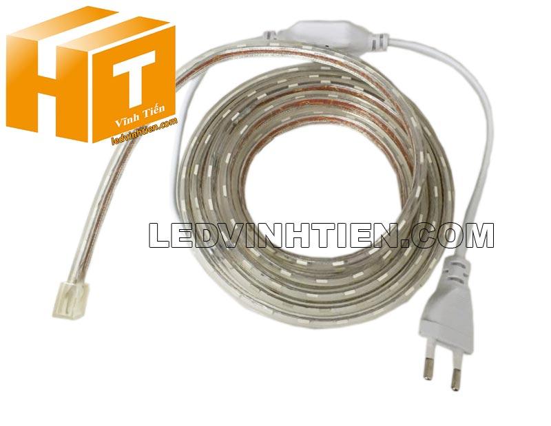 hoàn thành và cắm điện cho sáng led, Bước 1: Độ căng của Đèn LED Dây ledvinhten.com Để ánh sáng của Dây LED đều khi quấn cây chúng ta thường kéo căng Dây Led, nhưng nếu kéo quá căng sẽ dẫn đến tình trạng dây led bị dãn quá mức ảnh hưởng tới mạch dẫn điện. Điều này làm cho Dây Led có thể đứt ngay lập tức hoặc giảm độ bền của dây rất nhiều. Nên khi sử dụng chú ý không được kéo quá căng Dây LED khi thi công. Đèn LED Dây Trang Trí hắt trần thạch cao Bước 2: Sử dụng đinh để cố định Đèn LED Dây ledvinhtien.com Sử dụng đinh, vít để cố định LED dây là 1 giải pháp rất hữu hiệu nhưng bạn cần chú ý nếu sử dụng đinh xuyên qua main led thì sẽ bị hỏng main và có thể dẫn đến dò điện, chập cháy. Khi thi công bạn lưu ý đóng đinh vào điểm cắt (có in hình cái kéo) phân chia Đèn LED Dây thành từng mét. Bước 3:  Tránh nước khi sử dụng LED Dây  Dây Đèn LED 220V có lớp silicon có thể chịu nước nhưng 2 đầu dây có thể bị nước mưa vào vì thân dây rỗng (giúp tản nhiệt) nên khi sử dụng cần dùng băng dính quấn chặt để tránh nước vào bên trong dây led. Đây là nguyên nhân chủ yếu dẫn đến cháy dây led ngoài trời Bước 4: Cắt dây đèn led Cách mỗi mét của dây đèn led trang trí đều có các điểm cắt. Chúng ta chỉ có thể cắt tại các điểm này, nếu cắt giữa main thì chắc chắn bạn sẽ bị cháy cả dây đèn led đó. Hình ảnh minh họa cách cắt dây led của led ledvinhtien.com. Quý khách vui lòng xem thứ tự từng tấm hình, từng công đoạn mà chúng tôi có đánh số thứ tự từng bước cài đặt led trên những tâm hình